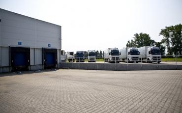 Zakład produkcyjny usytuowany jest w Zakrzewie (zachodnia Wielkopolska).